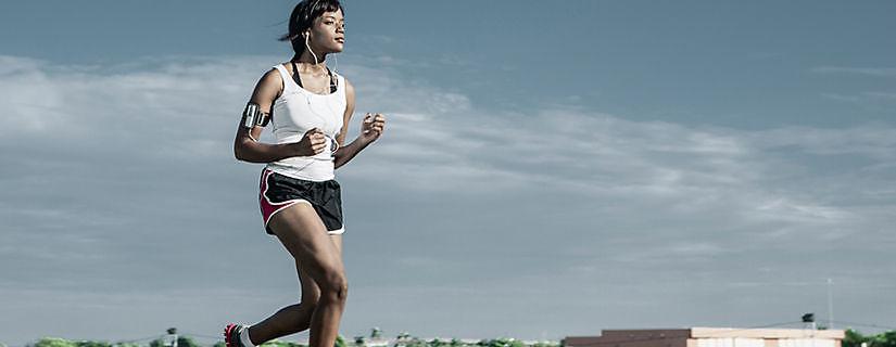 Experiencia de usuario de Verizon: una entrenadora de ejercicio motiva a sus clientes y a sí misma con Fitbit Zip